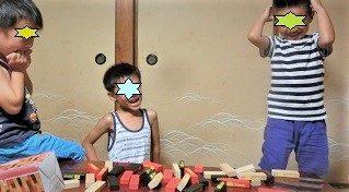 ジェンガで遊ぶ5歳と6歳の子供たち