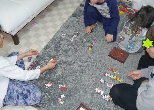 花札で遊ぶ小学生の子供と親