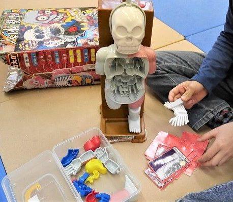 放課後の人体模型のおもちゃで遊ぶ男の子