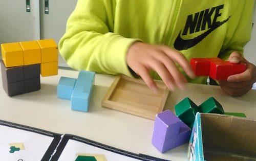 賢人パズルで遊んでいる小学6年生の男の子