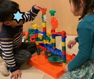 くもんのくみくみスロープの口コミと、ともだちと遊んでいる4歳女の子