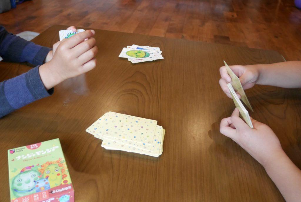 ナンジャモンジャのカードゲームで遊んでいる保育園年長の子供たち