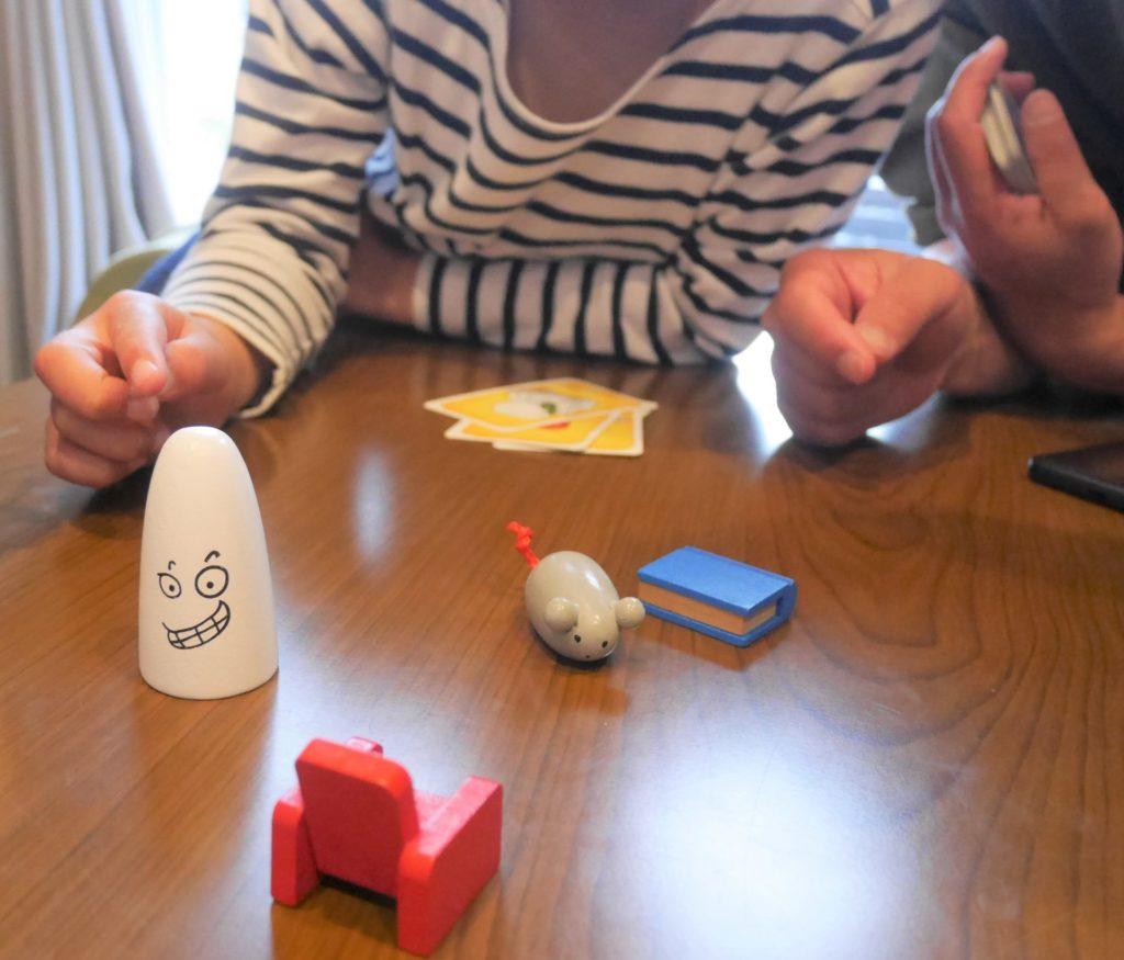 カードゲーム「おばけキャッチ」で遊ぶ、6歳と小学2年生と大人。