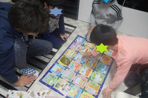 プログラミングカーで遊ぶ小学生