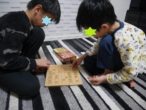 マグネット将棋で遊ぶ子供