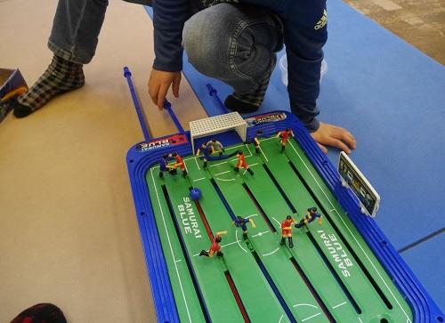 サッカー盤のロックオンストライカーで遊ぶ子供