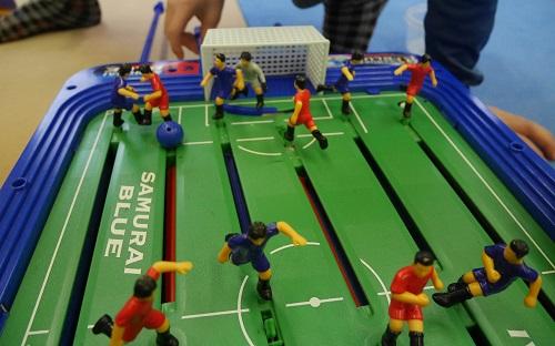 サッカー盤の人形とフィールドの写真