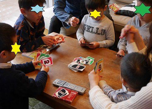 カードゲームのウノで遊ぶ家族と兄弟