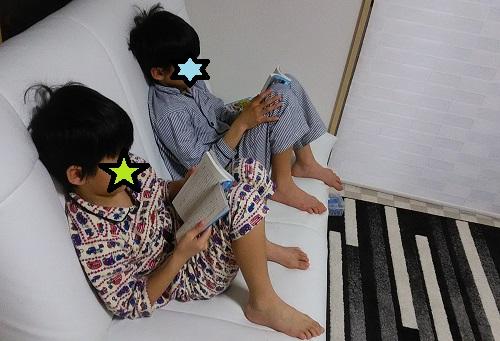 青い鳥文庫を読む小学生