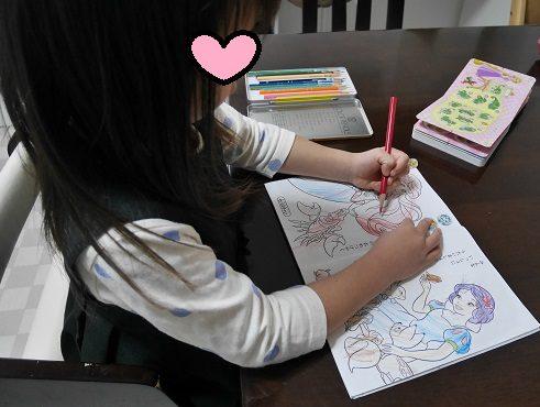 ディズニープリンセスの塗り絵をしている女の子