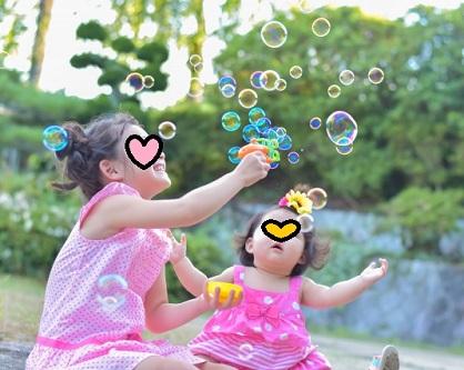 しゃぼん玉で遊ぶ姉妹
