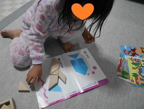 くもんのたんぐらむで遊ぶ4歳の女の子
