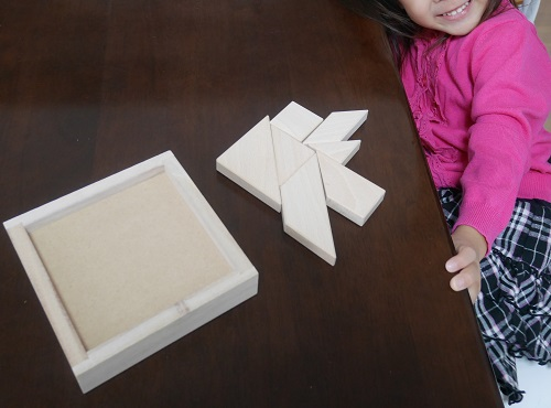 公文の知育玩具たんぐらむで遊ぶ4歳の女の子