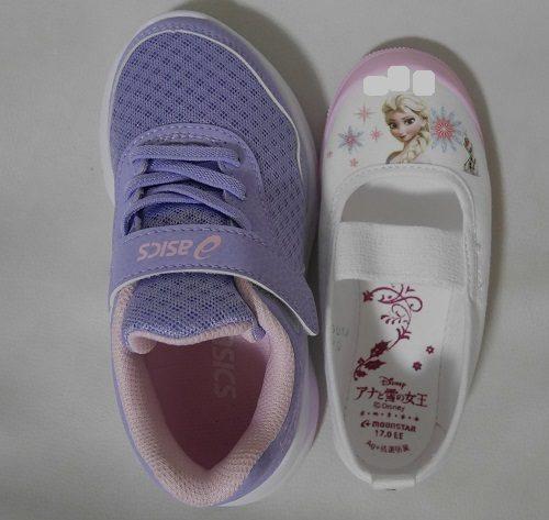アシックスの靴と、上履きの靴のサイズ感