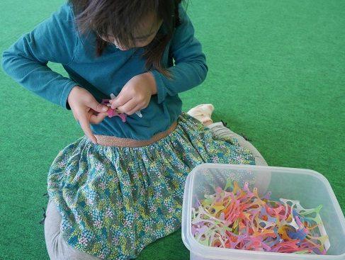 ワミーで遊んでいる4歳の女の子