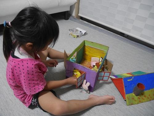 段ボールで人形の家を完成