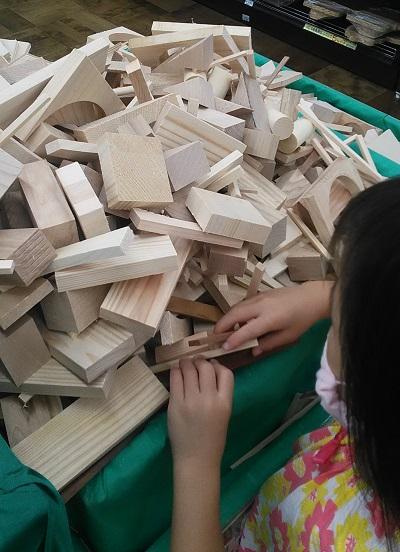木の切れ端を組み合わせて工作