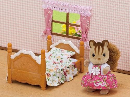 赤い屋根の大きなお家のベッドと、くるみリスの人形