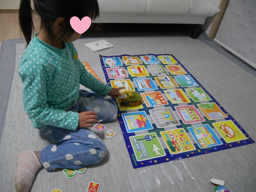 プログラミングカーで操作する4才の子供