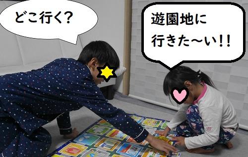 プログラミングカーで遊ぶ兄弟