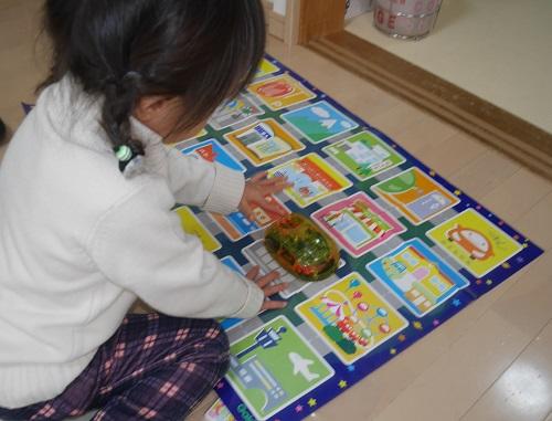 プログラミングカーで遊ぶ3歳の子供