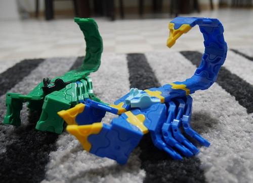 ラキューで緑と青のサソリ二体を作っている