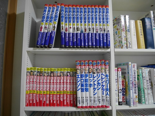 本棚に並んでいる角川まんが学習シリーズの日本の伝記15巻