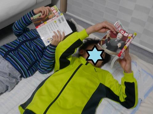 角川歴史漫画の9巻と13巻を読んでいる小学生の兄弟