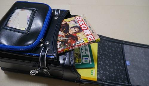 角川まんが学習シリーズの日本の伝記が子供のランドセルに入っているところ