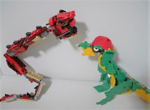 レゴのドラゴンと、ラキューの恐竜
