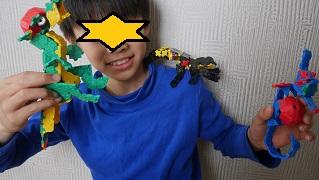 ラキューの恐竜を肩にのせている男の子
