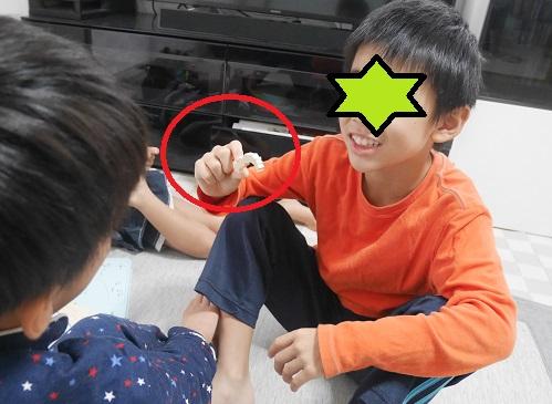 くもんの日本地図パズルでクイズを出している子供