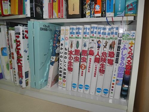 本棚の中にくもんの日本地図パズルを収納
