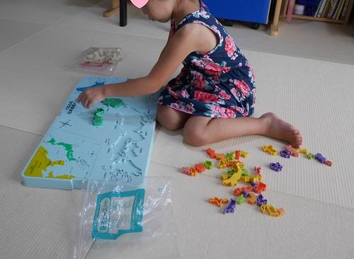 くもんの日本地図パズルで遊ぶ4歳の女の子