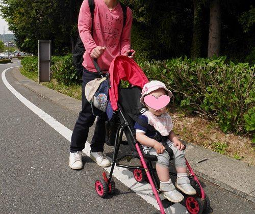 B型ベビーカーに乗っている1歳4か月の女の子