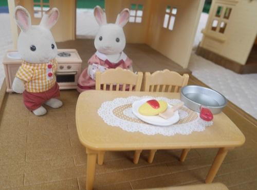 はじめてのシルバニアファミリーのテーブルと椅子などの家具と父親母親ウサギ