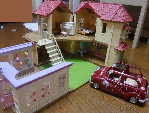 シルバニアの赤い屋根の大きなお家と赤い車とブティック