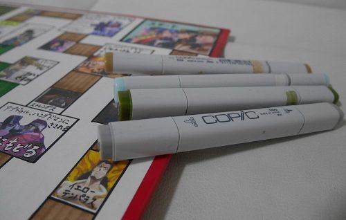すごろくのマス目にコピックペンで色を塗っているところ