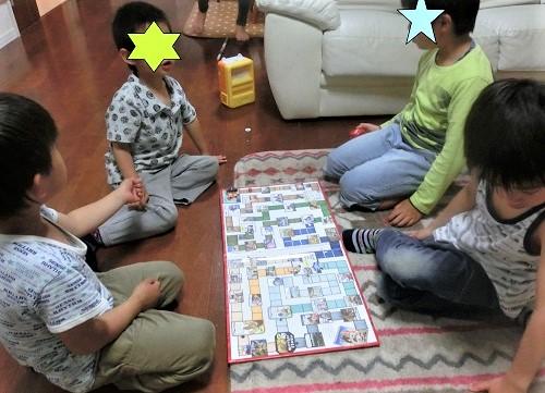 ジョジョの奇妙な冒険の手作りすごろくで遊ぶ4人の男の子