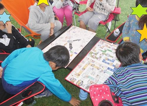 キャンプでジョジョと奇妙な冒険の第三部すごろくをして遊ぶ子供と親