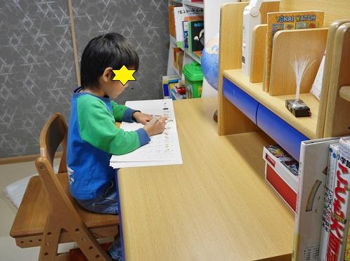 ニトリの学習机で勉強している6歳の男の子