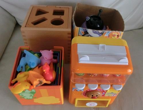 アンパンマンの自動販売機に箱かさねなどのおもちゃ