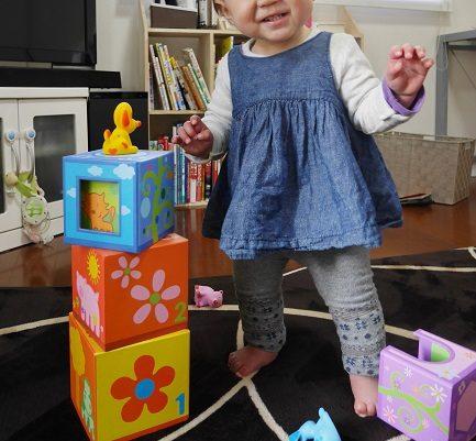ジェコの箱かさねのおもちゃで遊ぶ、1歳の女の子