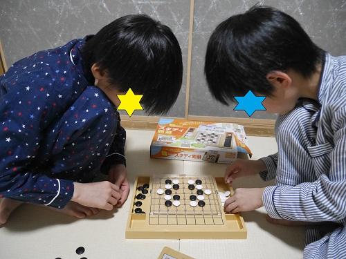 スタディ囲碁で対戦している小学生の子供2人