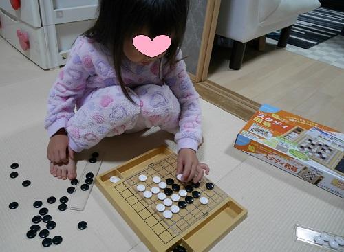 くもんのスタディ囲碁で石を並べている4歳の子供