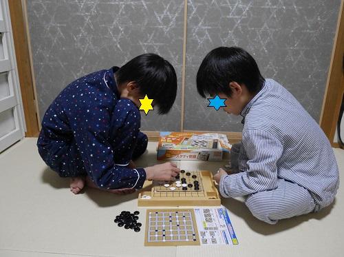スタディ囲碁で対戦する男の子2人