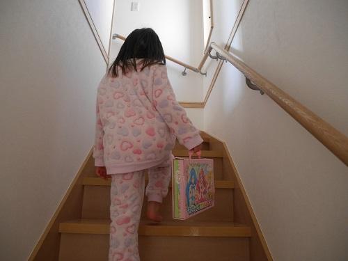 マグネット着せ替え絵本をバッグにして手に持っている子供