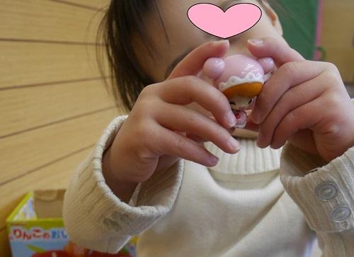 こえだちゃんの人形を両手に持っている女の子