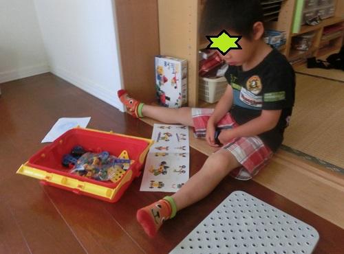 ボーネルンドの工具のおもちゃで説明書を見ている男の子
