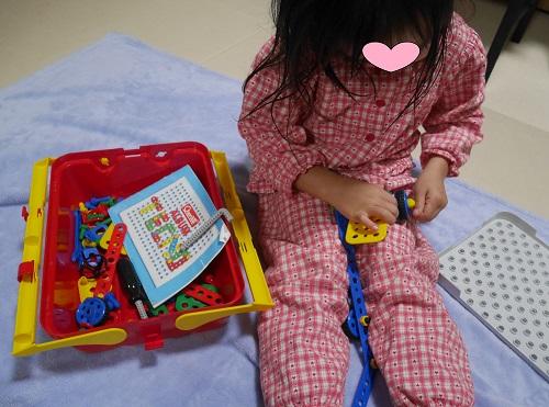 ボーネルンドの工具のおもちゃで遊んでいる4歳女の子